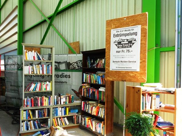 В библиотеке Рая утилизации можно присмотреть книгу для души и тут же получить ее в подарок!