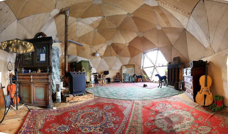 Купольный дом Ивана Дыркина внутри